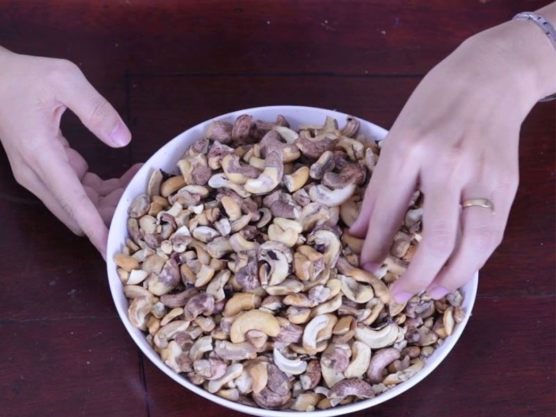 Cách tách vỏ hạt điều bằng tay